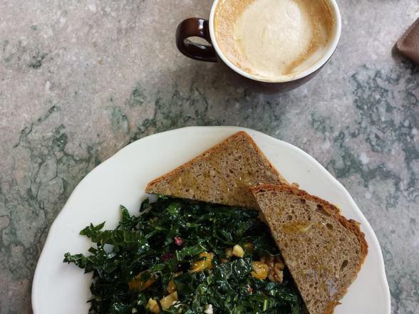 Latte (3,95$) et salade de kale avec betteraves, oranges, noix de grenoble et fromage de chèvre (9$)