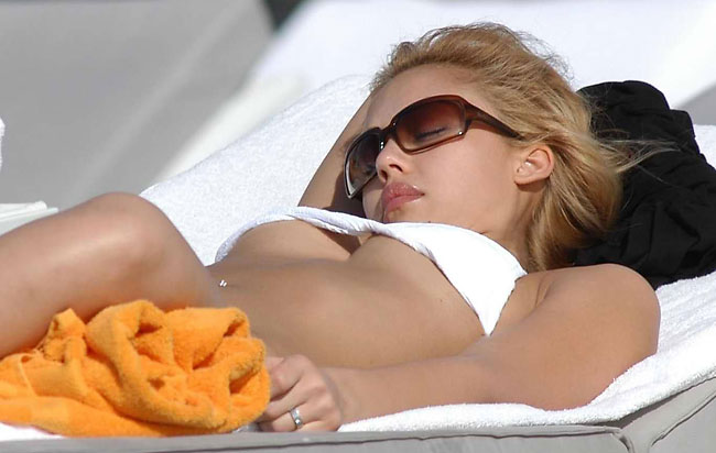 jessica alba sunbathing boobs