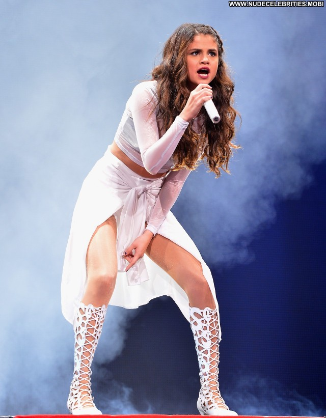 Selena Gomez Performance Celebrity Beautiful High Resolution Posing