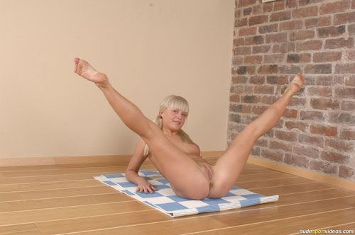Young gymnast stretching for extreme kamasutra fuck 1