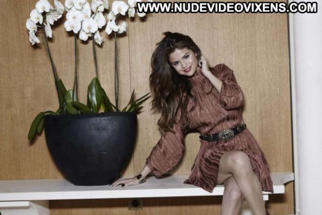 Selena Gomez Hot Babe Paparazzi Posing Hot Beautiful Celebrity