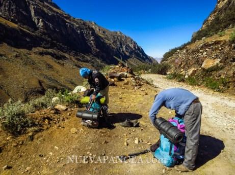 Preparando el equipo para la ascención al Nevado Vallunaraju