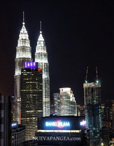 Vista nocturna de las torres desde el Heli Bar.