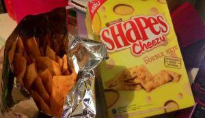 Shapes Cheezy : Krekes Gurih Ada Serpihan Keju Cheddarnya