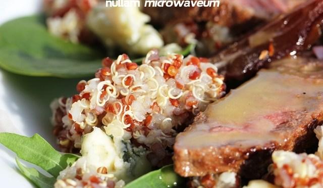 Salade van rode quinoa, steak, medjool dadels en roquefort