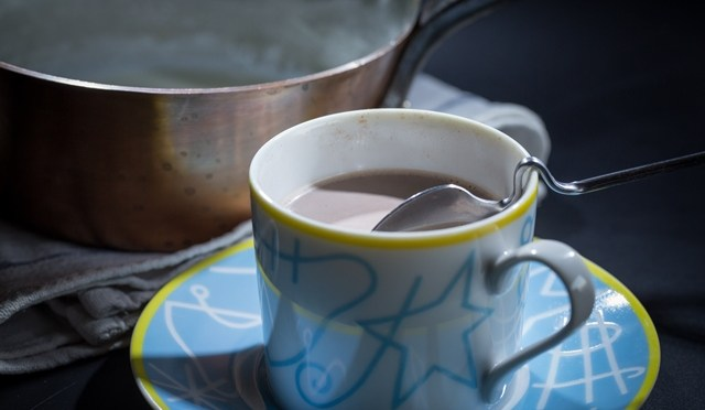 Warme chocolademelk met kardemom