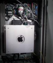 Компьютер Mac Mini в шкафу автоматики