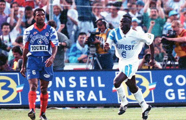 La memorabile esultanza di Basile Boli: era OM-PSG del 29 Maggio 1993, tre giorni dopo la vittoria in Champions League. Con quel gol l'OM si laureò campione di Francia