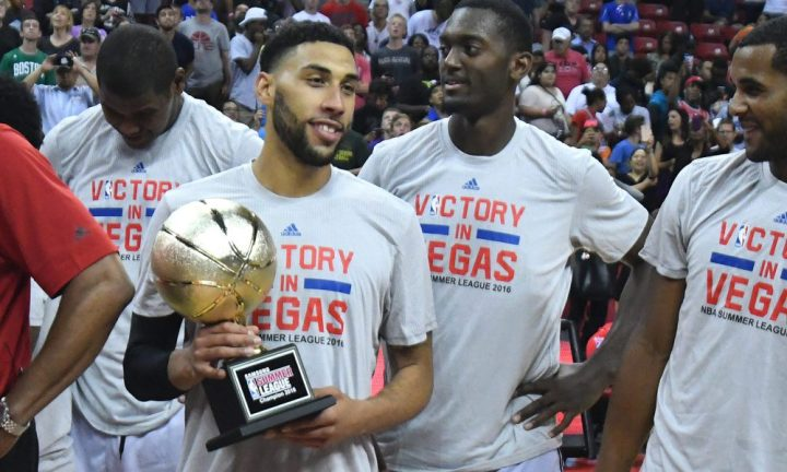 Valentine con il trofeo della Summer League conquistata a Las Vegas.