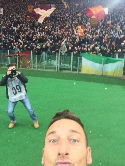 Francesco Totti, ultimo derby? Qui lo ricordiamo con il gol del selfie