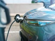 Conduire une voiture électrique ou hybride : comment ça marche?