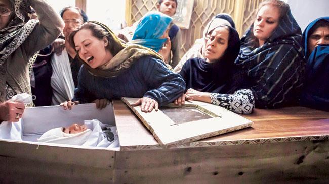 د ۲۰۱۴ کال په ډیسمبر کې پاکستاني طالبانو په پیښور کې پوځي ښوونځي په نښه کړ او ګڼ شمېر خلکو ته یې مرګ ژوبله واړوله، دا انځور په هماغې پیښه کې د یو وژل شوي کس دی چې مور یې د تابوت سر ته ژاړي. دا انځور هم د نوموړي برید د ملکي تلفاتو په اسنادو کې تیریږي.