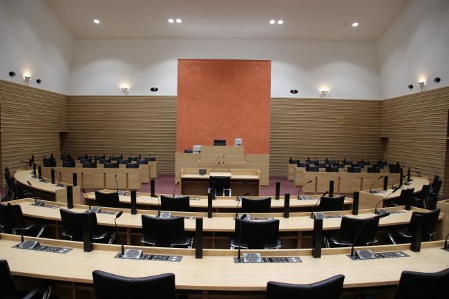 総務委員会…議員報酬引き上げを返上する修正案を可決