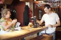 portrait réalisateur Nunsu patronne du bar restaurant bistronomique l'Entrepotes à Reims dans le clip Pôle Emploi du rappeur français Nunsuko