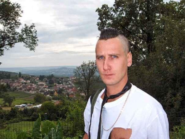 regard méchant devant camp roms vendangeurs route du champagne à Dizy Epernay dans le clip Pôle Emploi du rappeur français Nunsuko