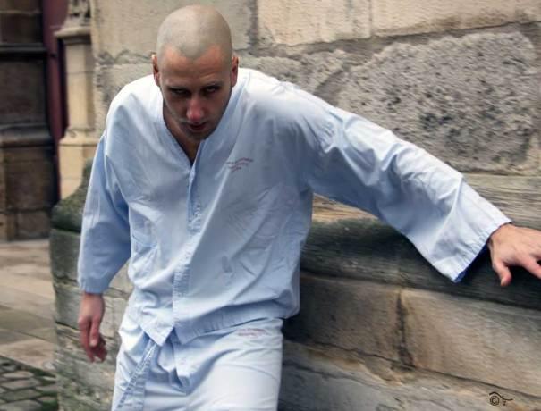 malade mental touriste parvis cathédrale reims