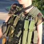 vêtement militaire kaki tenue militaire jeune armée fusil