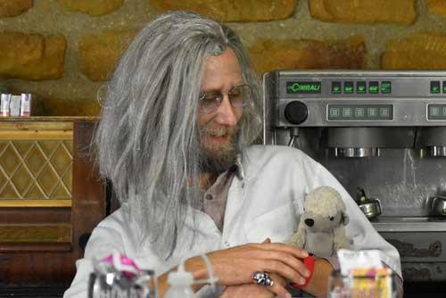 Le Professeur Ralamoult aime bien faire des exercices de ventriloque avec son pangolin.