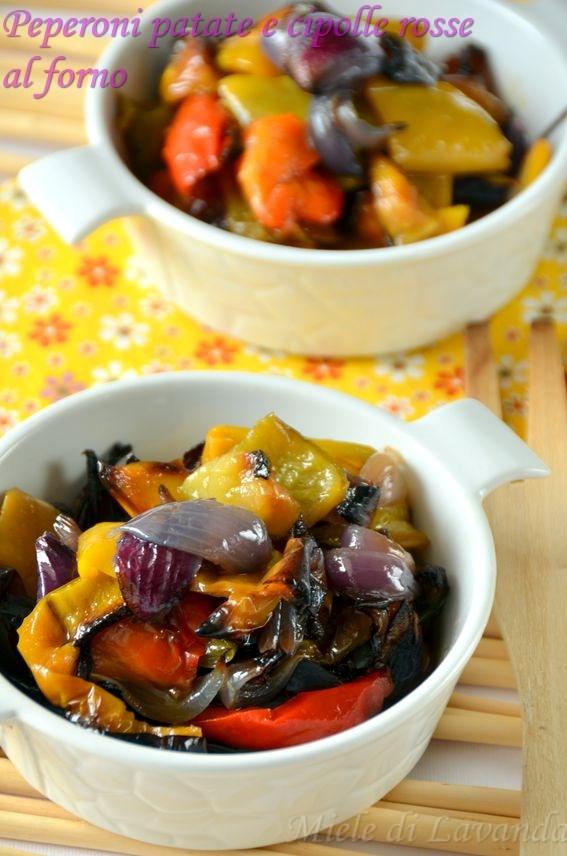 Peperoni patate e cipolle rosse al forno