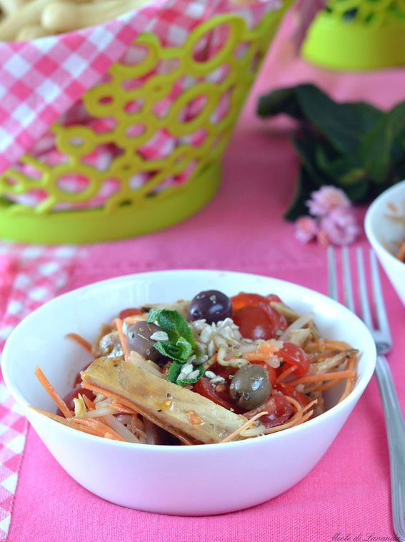 Insalata di pollo con olive e vinaigrette