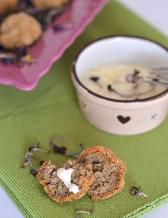 Polpette di piselli e lenticchie con salsa allo yogurt
