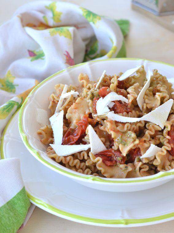 Pasta integrale con pesto pomodorini e ricotta dura