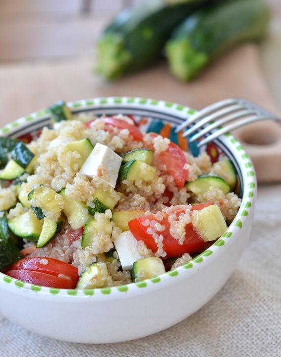 Insalata di quinoa con pomodorini zucchine e ricotta