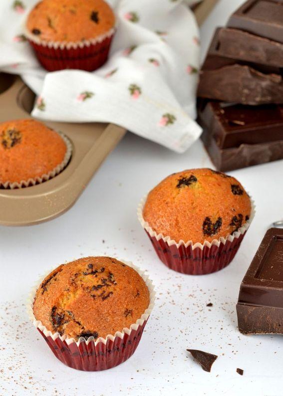 Muffin soffici con scaglie di cioccolato fondente