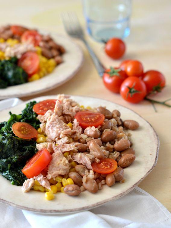 Insalata con fagioli spinaci e farro ricca di nutrimento