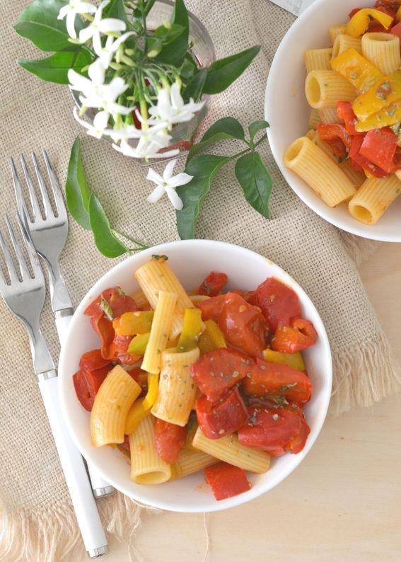 Pasta con peperoni e pomodori profumata all origano.
