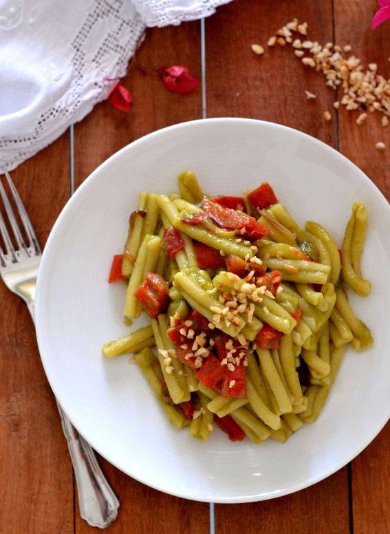 Pasta con crema di fagiolini peperoni croccanti e nocciole