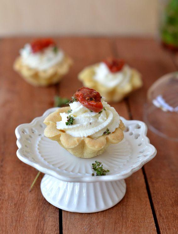 Crostatine con ricotta salata e datterini rossi semi secchi in olio