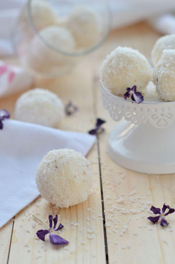 Palline di cocco o dolcetti di cocco e ricotta senza cottura