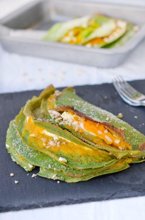 Le Crepes agli spinaci ripiene di zucca e formaggio con pinoli