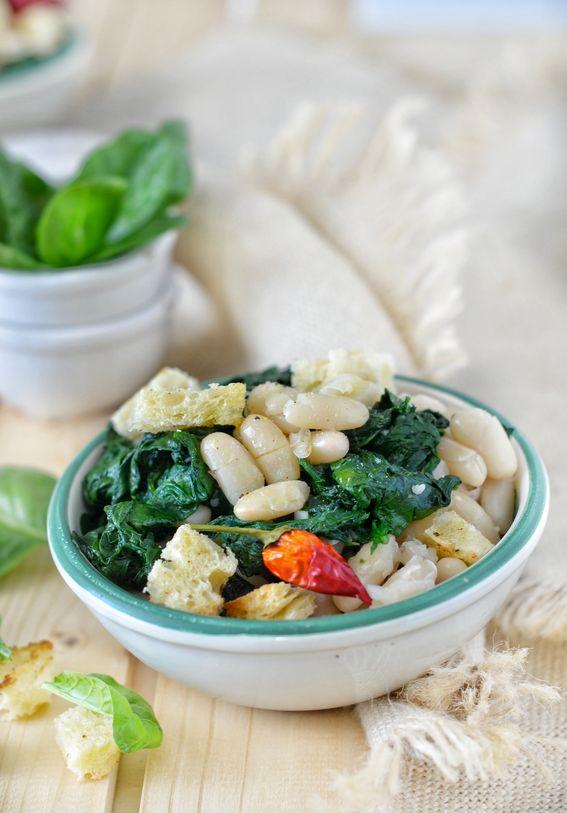 Insalata tiepida di spinaci e fagioli con pane croccante