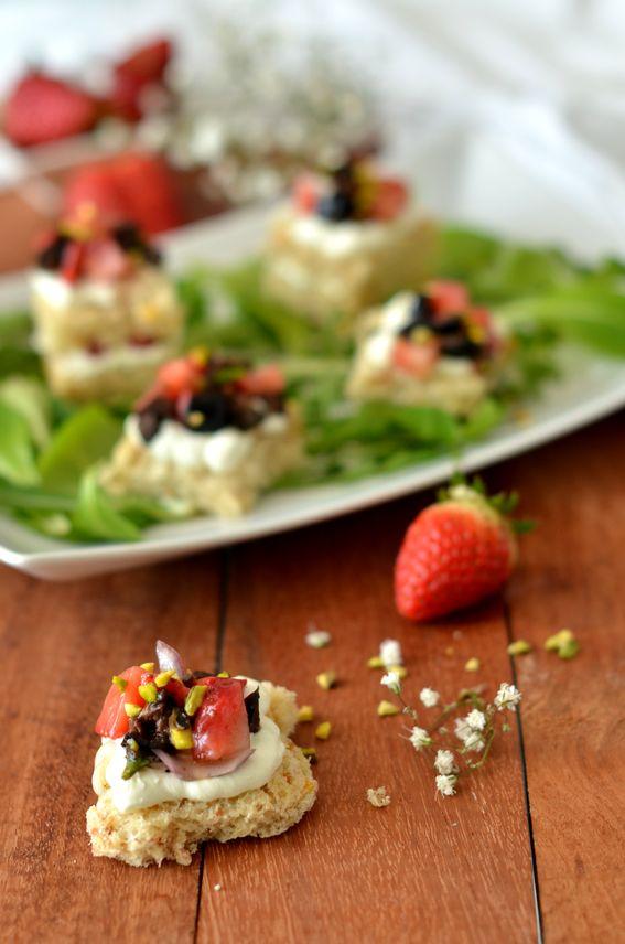 Tartine con formaggio in crema fragole e olive al forno
