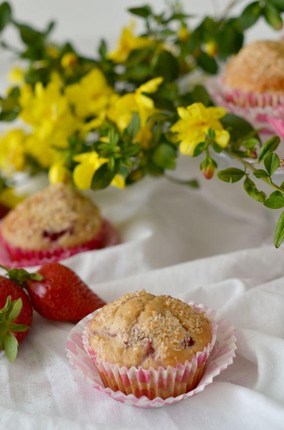 Muffin soffici con fragole ed acqua leggeri e senza burro