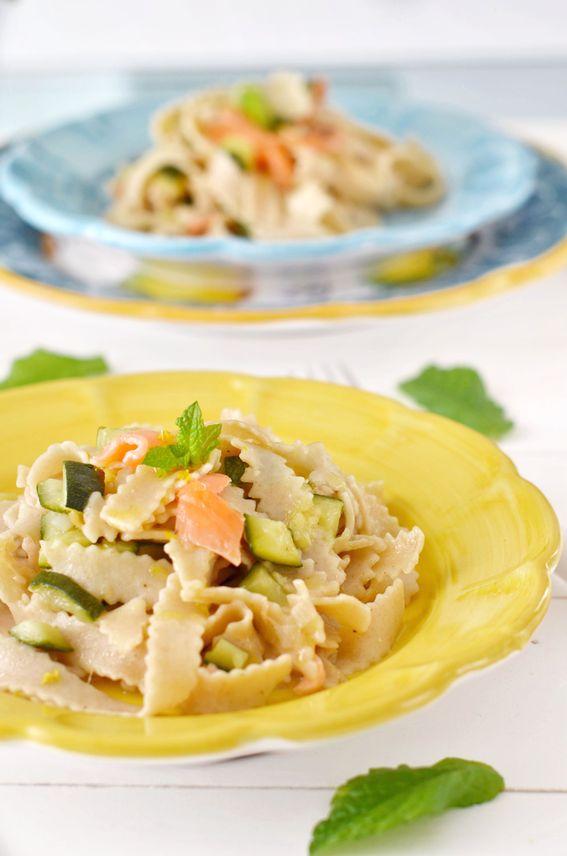 Pasta bio integrale con zucchine e salmone affumicato