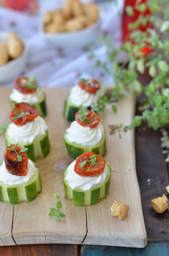 Tronchetti di cetrioli con robiola e pomodorini al forno