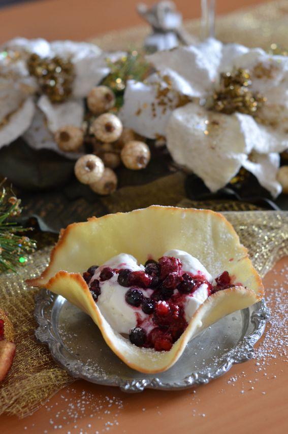 Cialda con frutti di bosco caramellati e gelato alla vaniglia