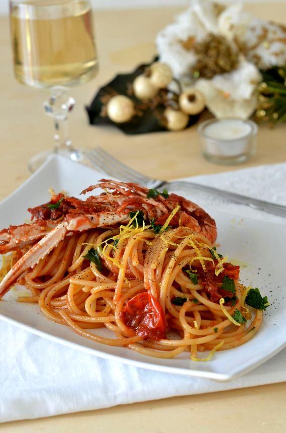 Spaghetti con scampi e pomodorini con scorzetta di limone