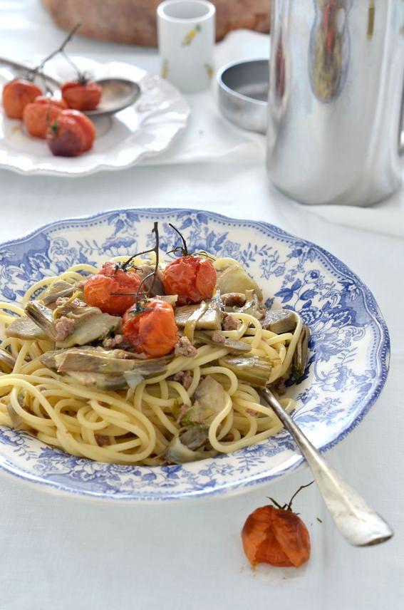 Spaghettoni con carciofi salsiccia e pomodorini disidratati