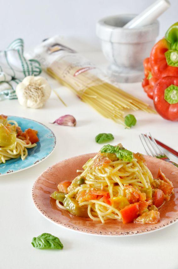 Boscaioli con crema di peperoni verdi pomodori rossi e tonno