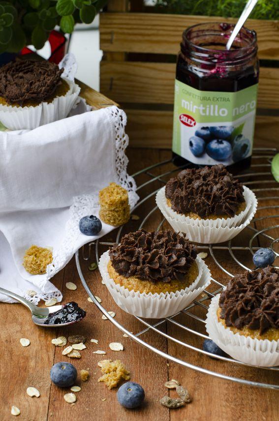 Cupcake con cuore di confettura ai mirtilli con ganache al cioccolato