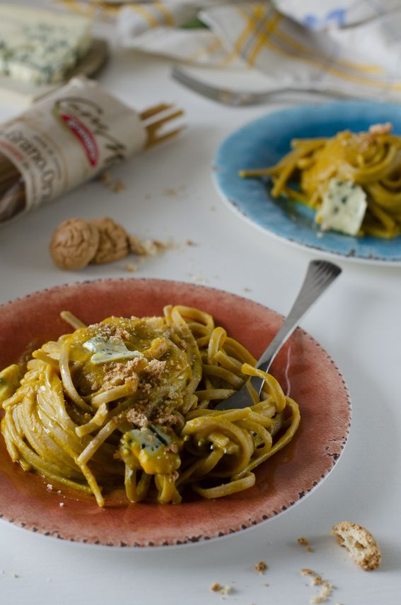 Linguine di grano e orzo con zucca gorgonzola e amaretti