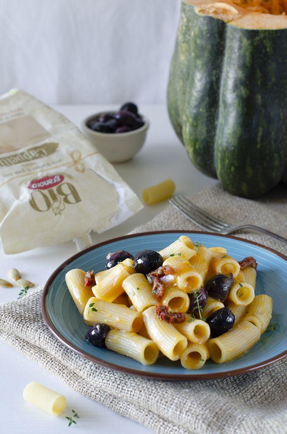 Rigatoni con crema di zucca olive nere fritte e pomodori secchi