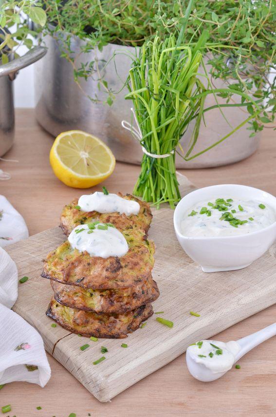 Rosti di zucchine e nocciole con salsa leggera allo yogurt