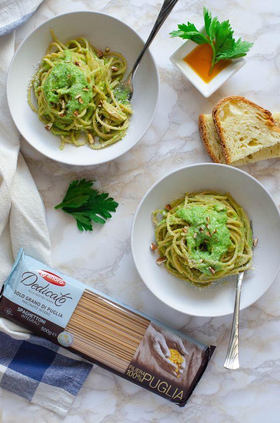 Spaghettoni con crema di sedano ricotta e mandorle