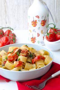 Mezzi paccheri con olive taggiasche pomodorini e sgombro