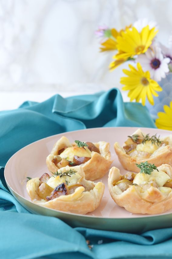 Cestini salati di pasta brisè con pere ricotta e timo